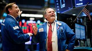 Dow jumps 400 points, breaks 25,000 on Fed remarks