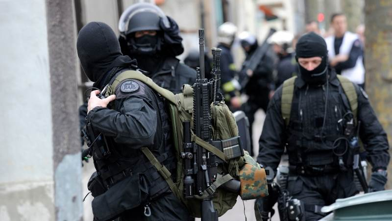 Woman surrenders in France after bomb threat