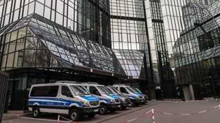 Deutsche Bank falls to historic low amid probe