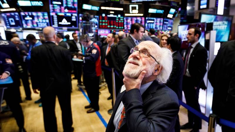 Dow sinks 200pts dragged by tech, Nasdaq down 1%