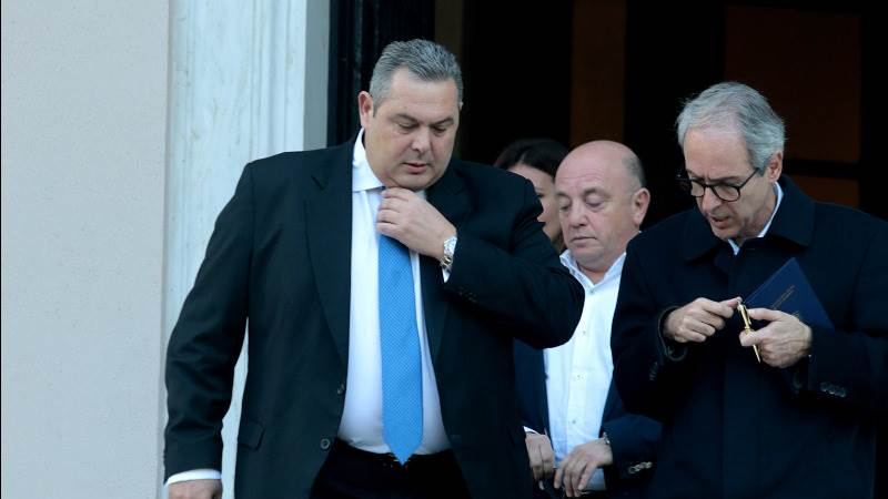 Greek defense minister quits post