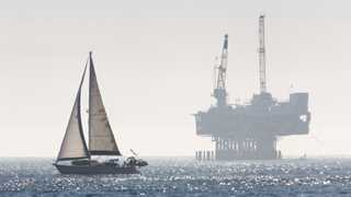 Oil drops 2% on worries of economic slowdown