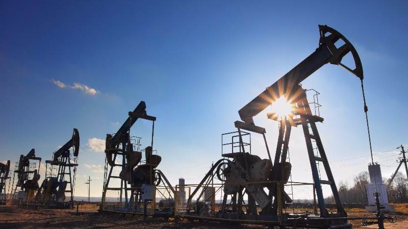 Oil higher as API reports 3.9 mln stocks decrease