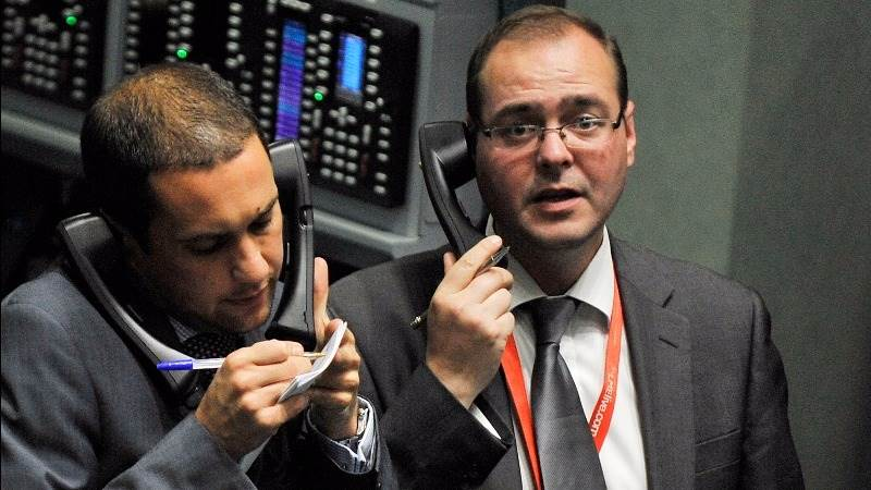 European shares trade slightly under flat line