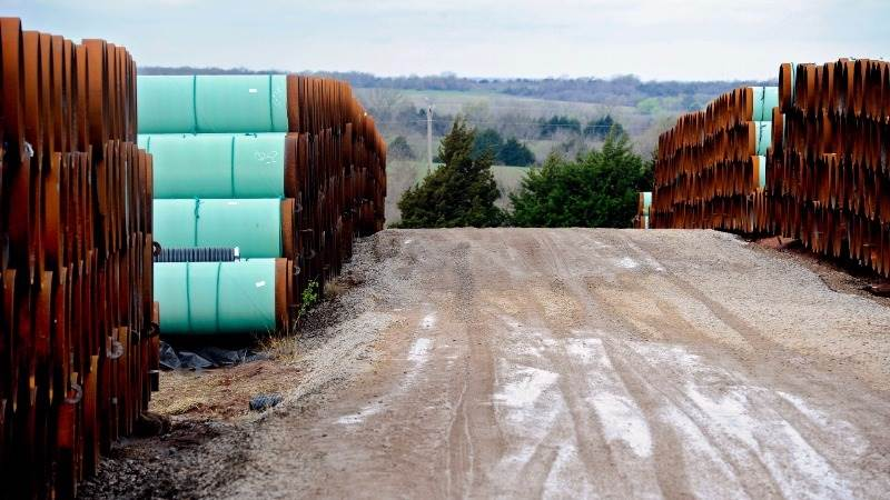 Oil remains down on data of Cushing inventory build