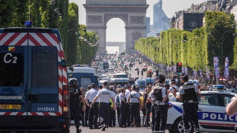French minister: Paris attacker dead, car contained explosives