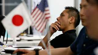 Yen advances as political risks build up in world