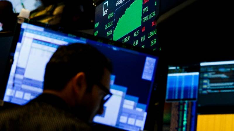 British bonds maintain losses on retail sales drop