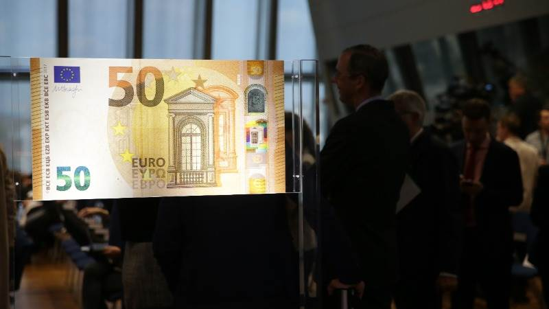 Euro moderately weakens as ECB avoids ending QE