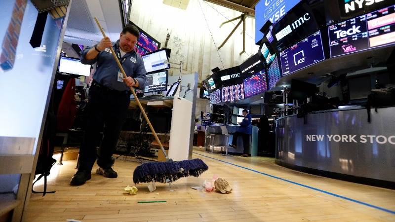 Wall Street closes mostly higher as trade concerns loom