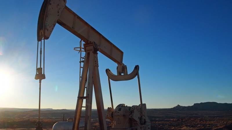 Oil jumps 1%, begins rebound from sharp losses